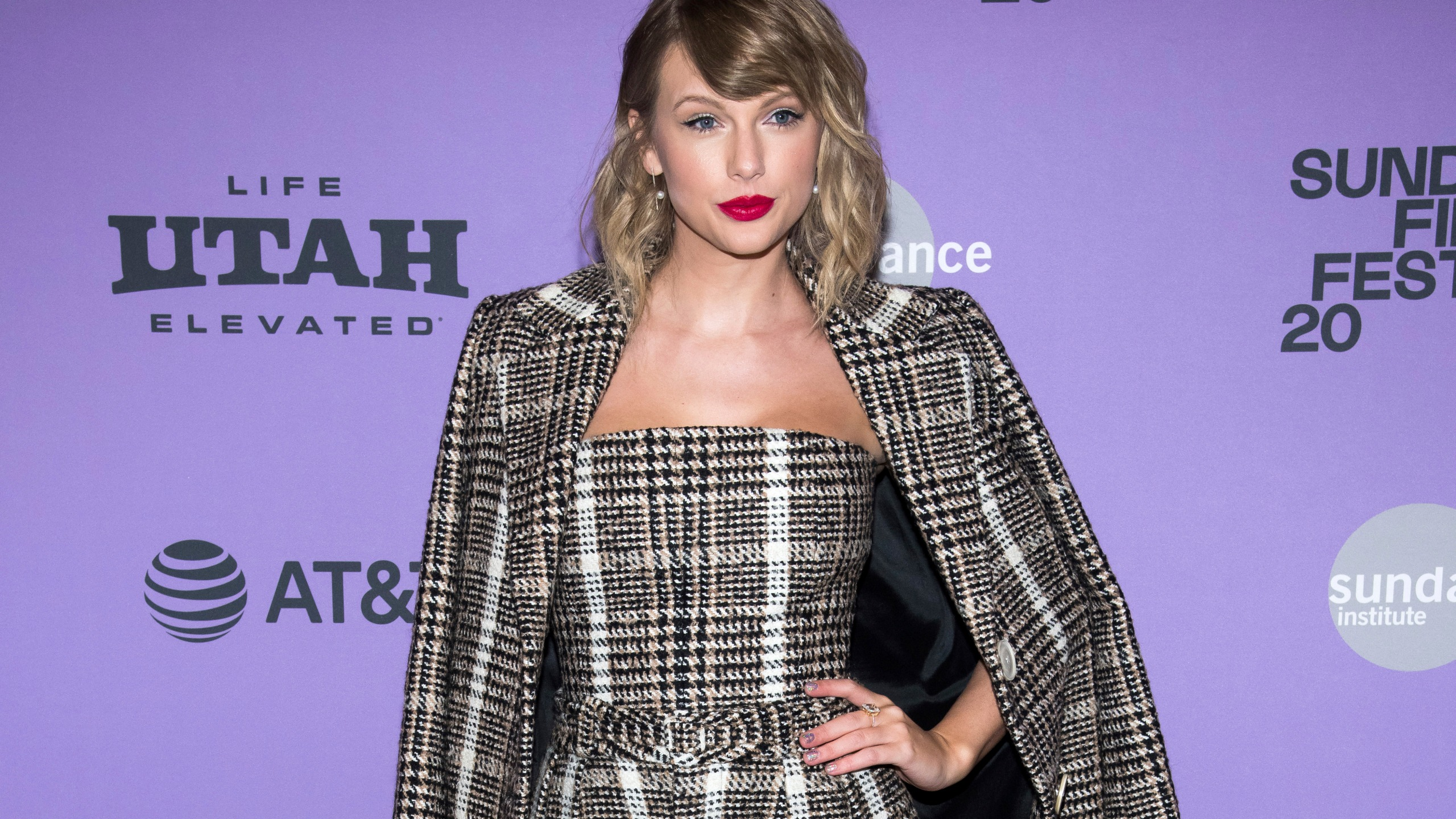 Taylor Swift Surprises Some Of Her Fans With Money Donations Wgn